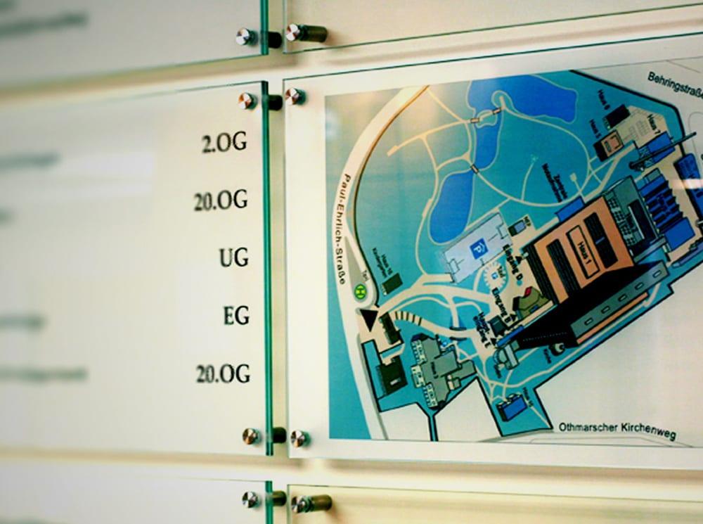 Asklepios Beschilderungssystem Gebaeudeuebersicht Glas Interior