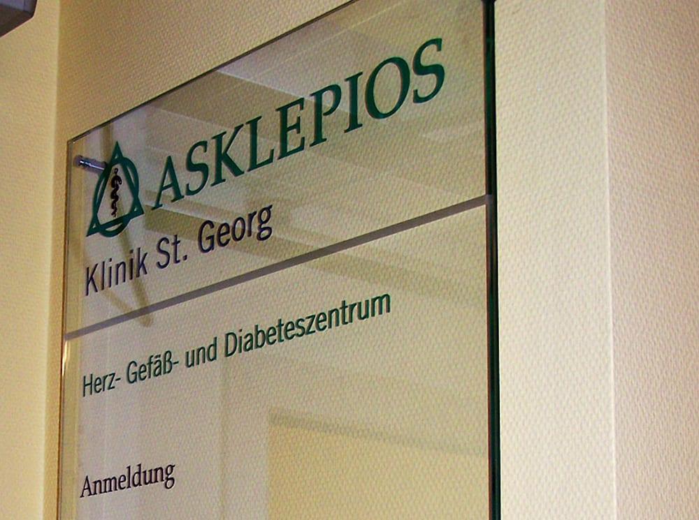 Asklepios Beschilderungssystem Tuerschild Glas Interior