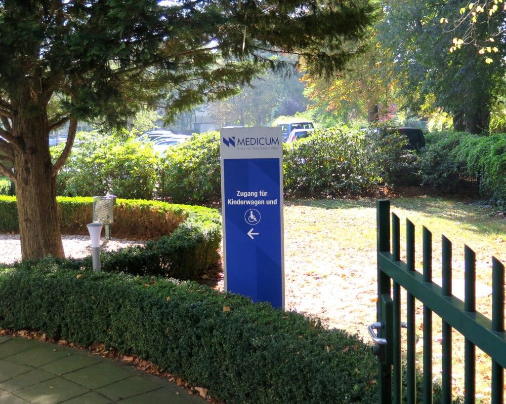 NWI Ärztehaus Außenleitsystem Basic Exterior Monolith
