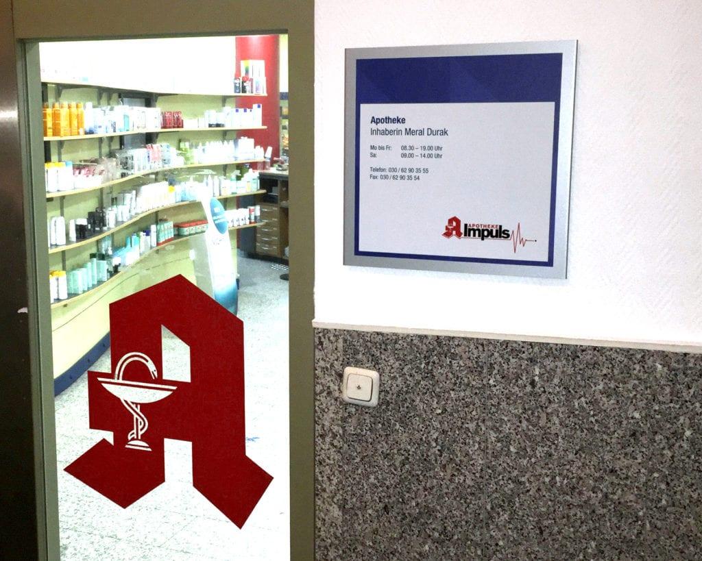 NWI Ärztehaus Beschilderungssystem Messenger Interior Praxisschild