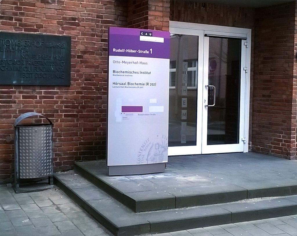 CAU Kiel Außenmonolith Orientierungssystem Lageplan