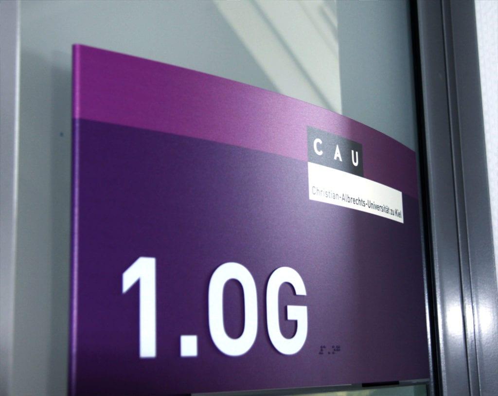 CAU Kiel Wandschild taktil ADA Braille Zielinformation